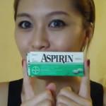 Девушка держит в руках аспирин